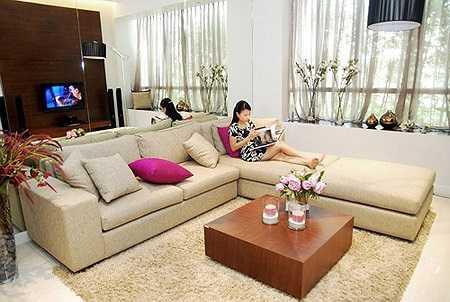 Căn nhà chọn màu trắng làm tông màu chủ đạo, với những điểm nhấn màu sắc như bộ ghế sofa đỏ hay những mảng tường và họa tiết trang trí màu trầm như nâu, ghi và đen.