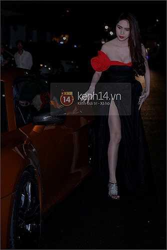 Đứng cạnh siêu xe Thủy Tiên càng nổi bật hơn trong bộ váy khoe chân và ngực