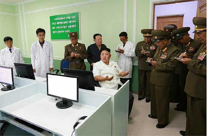 Các tướng lĩnh quân đội ghi lại chi tiết các chỉ thị yêu cầu của nhà lãnh đạo