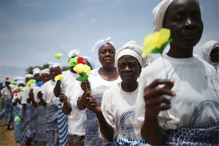 Những người phụ nữ cầu nguyện cho đại dịch Ebola nhanh chóng kết thúc