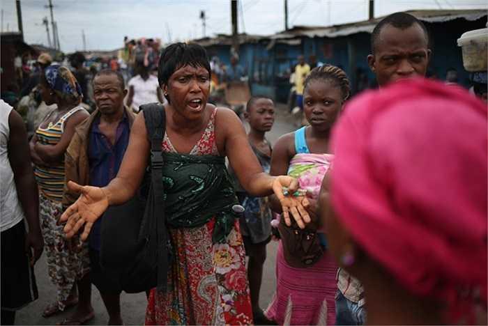 Batu Hoa đang cố gắng thuyết phục người dân địa phương hiểu rằng đại dịch Ebola thực sự đang hoành hành ở Monrovia.