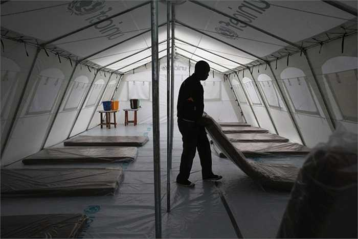 Công nhân chuẩn bị nơi nghỉ ngơi cho các nhân viên của tổ chức Bác sĩ không biên giới