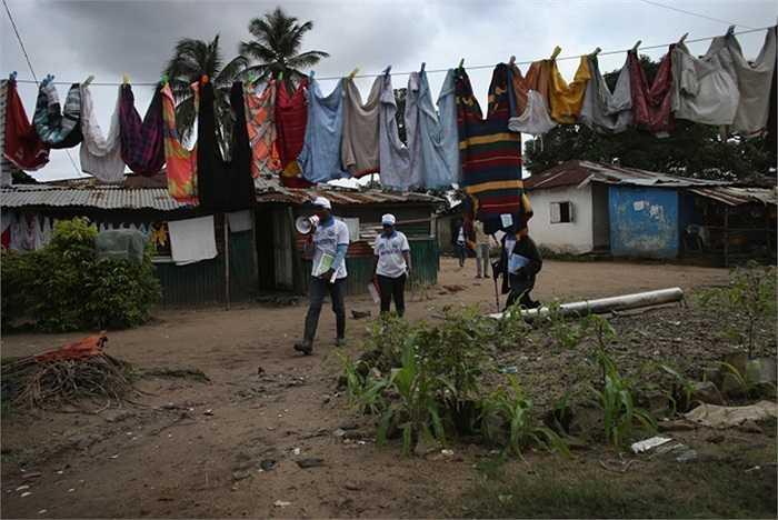 Nhân viên UNICEF đi tuyên truyền về dịch Ebola khắp các ngõ ngách ở thị trấn New Kru