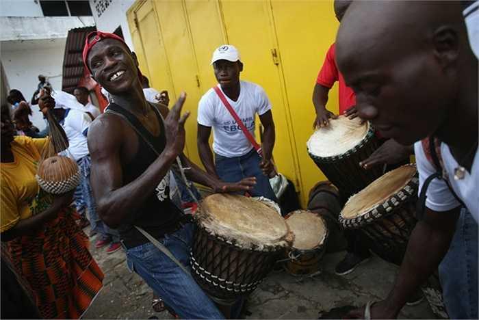 Người đàn ông chơi nhạc để thu hút sự chú ý của người dân nhằm tuyên truyền nâng cao nhận thức về đại dịch Ebola và cách phòng ngừa.