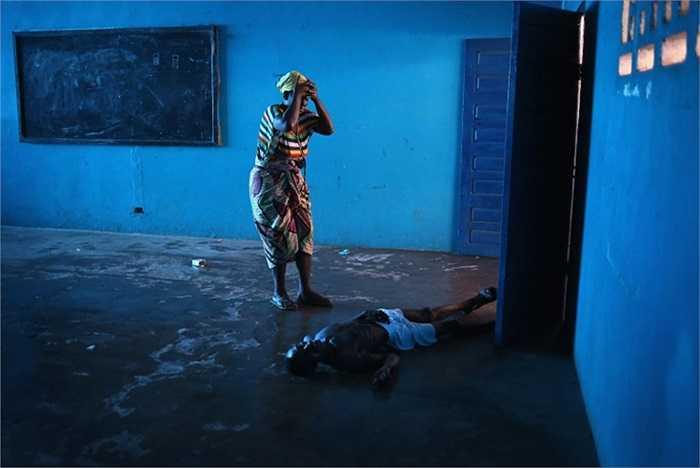 Bà Umu Fambulle bàng hoàng khi nhìn thấy chồng bà, ông Ibrahim loạng choạng và ngã xuống vì kiệt sức.