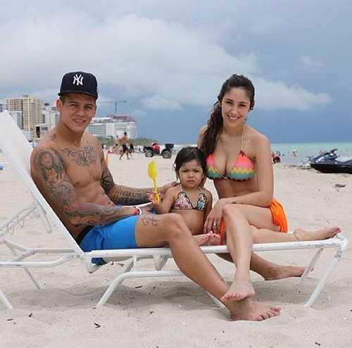 Gia đình nhỏ hạnh phúc của Rojo. Vợ của cầu thủ người Argentina là một người mẫu nội y nhưng nay đã nghỉ ở nhà để chăm sóc gia đình
