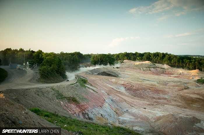 Khu mỏ đá rộng vài cây số vuông này vốn chỉ có đường cho những xe bánh xích, vốn là dạng xe chuyên dụng cho khai mỏ.