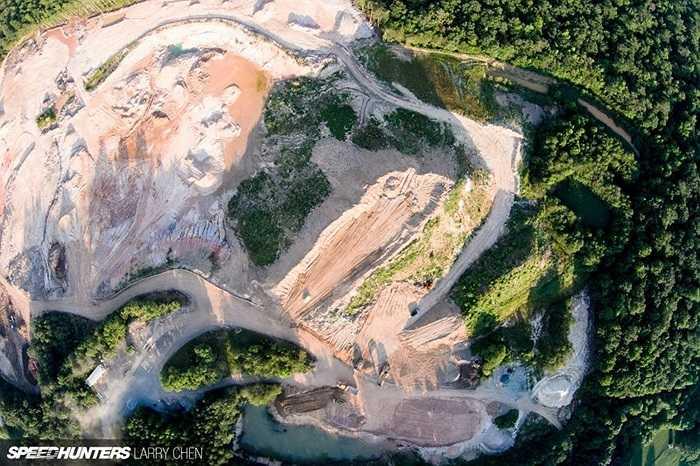Nhìn từ trên cao, khu mỏ trông như một thung lũng trơ trọi toàn đá. Chiếc Range Rover sẽ đơn độc tại đây và dùng bốn bánh để trải nghiệm năng lực của cỗ máy xăng V8 dung tích 5 lít.