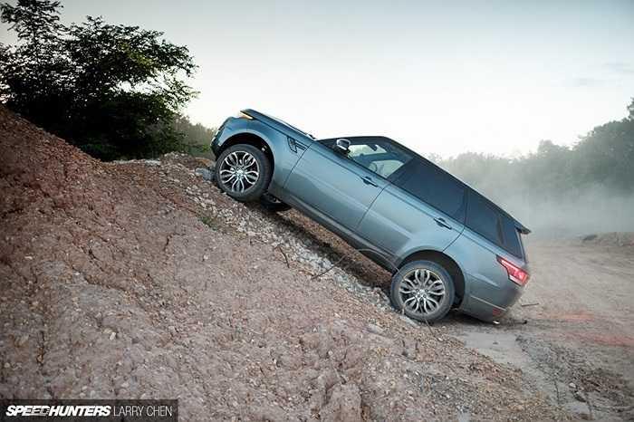 Điểm ấn tượng và đột phá nhất của Range Rover Sport chính là gầm và thân xe được làm hoàn toàn bằng nhôm, giúp giảm trọng lượng của xe đến 420 kg.