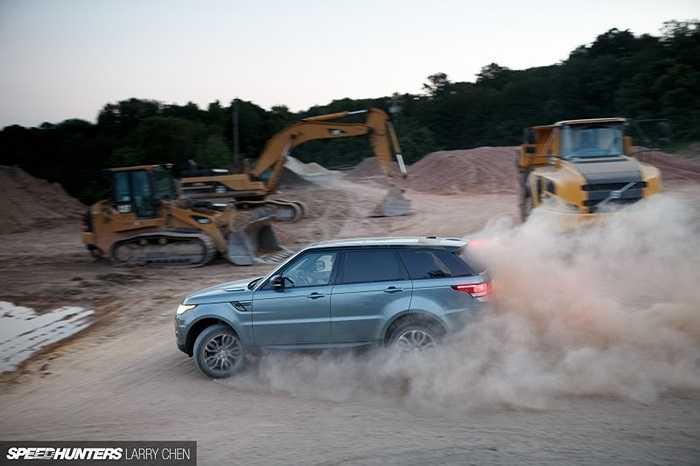 Khi trọng lượng được giảm xuống thì đồng nghĩa với khả năng linh hoạt, vận hành và tiết kiệm nhiên liệu sẽ được tăng lên. Đó cũng là một phần lý do giúp cho Range Rover Sport nhanh nhẹn hơn và thể thao hơn.