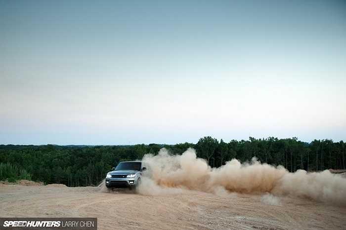 Range Rover Sport ứng dụng thế hệ mới nhất của hệ thống kiểm soát địa hình Terrain Response 2. Sức mạnh từ động cơ được truyền đến cả 4 bánh thông qua hộp số tự động 8 cấp.