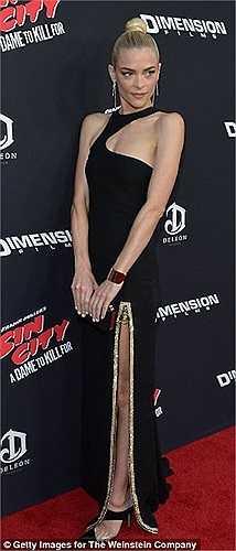 Nữ diễn viên của 'Hart of Dixie' diện một thiết kế của Versace.