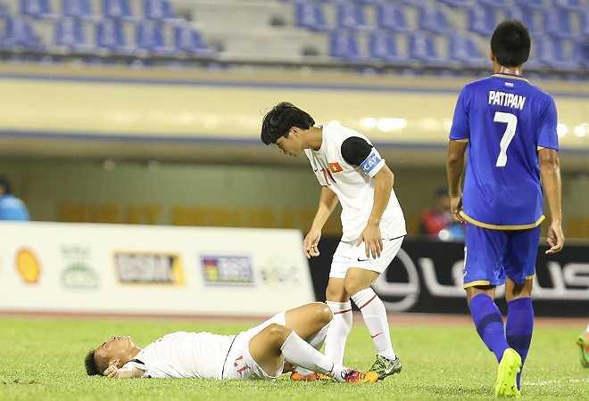 Khi trận đấu mới trôi được khoảng 15 phút, tiền đạo Tuấn Tài đã phải nằm sân vì dính đòn của đối thủ.