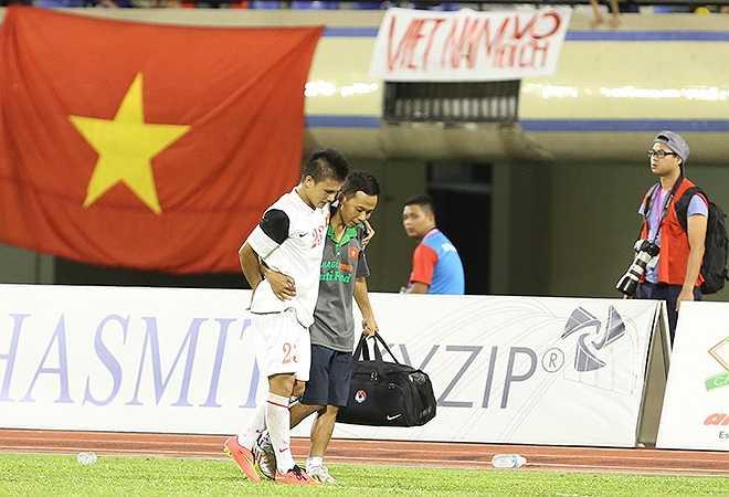 Tiền vệ Quang Hải tập tễnh rời sân giữa hiệp hai.