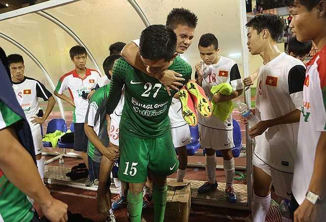 Tiền vệ này sau đó phải nhờ đến các đồng đội cõng đi mới có thể rời sân vì đau cổ chân trái.