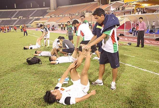 Sau trận đấu, BHL và các cầu thủ dự bị phải căng cơ và massage cho các tuyển thủ.