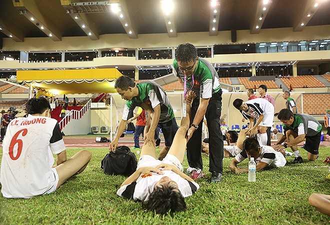 Với mật độ thi đấu dày đặc với nhiều đối thủ xương xẩu, các cầu thủ U19 Việt Nam không tránh khỏi suy kiệt thể lực. Trước trận bán kết, đội chỉ được nghỉ một ngày, trong khi đối thủ có đến bốn ngày không thi đấu.