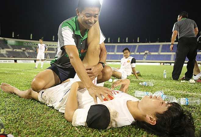Tiền đạo Công Phượng bị các hậu vệ Thái Lan đeo bám và liên tục phạm lỗi. Sau trận, chân sút người Nghệ An như bất tỉnh vì kiệt sức.