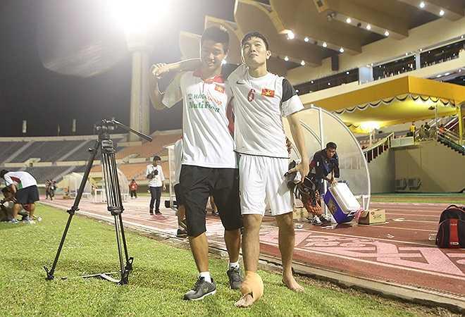 Tiền vệ Lương Xuân Trường đau cổ chân phải, và khi rời sân phải nhờ đến sự trợ giúp của thủ môn Phí Minh Long.