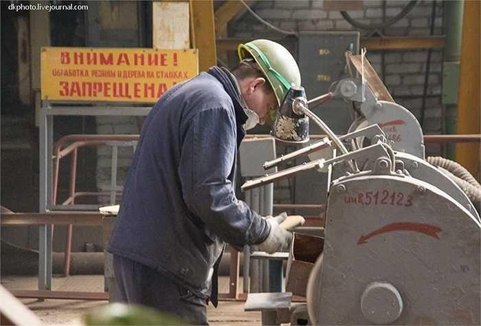 Nhân viên bên trong xưởng đóng tàu chiến của hải quân Nga
