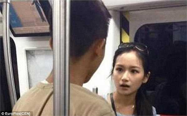 Được biết, cặp đôi cùng bắt một chuyến tàu điện, tuy nhiên chàng trai liên tục dán mắt vào màn hình điện thoại, trong khi cô gái cố gắng đi nhanh để bắt kịp chuyến tàu.