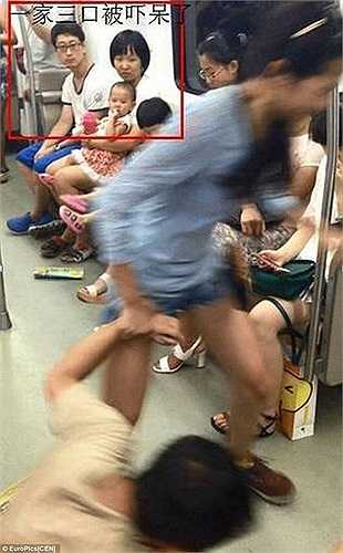 Cô bạn gái tiếp tục phải giằng co với bạn trai  để kéo anh ta xuống bến trước con mắt ngơ ngác của các hành khách.