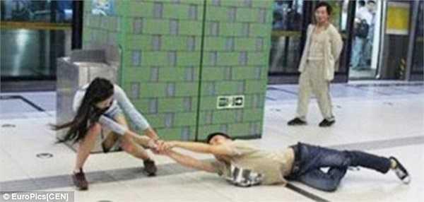 Hình ảnh này khiến nhiều người chứng kiến không khỏi bật cười và ái ngại.