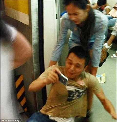 Người bạn trai cương quyết không rời mắt khỏi chiếc điện thoại và để cho cô bạn gái kéo lê lên chuyến tàu tiếp theo.