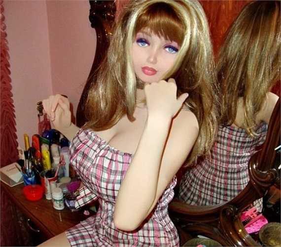 Theo Daily Mail, hiện mọi người không còn cảm thấy quá lạ lẫm đối với những cô nàng búp bê sống. Bắt đầu từ Valeria Lukyanova - phiên bản Barbie được cho là hoàn hảo nhất thế giới, ngày càng có nhiều cô gái trẻ theo đuổi phong cách tượng sáp này.