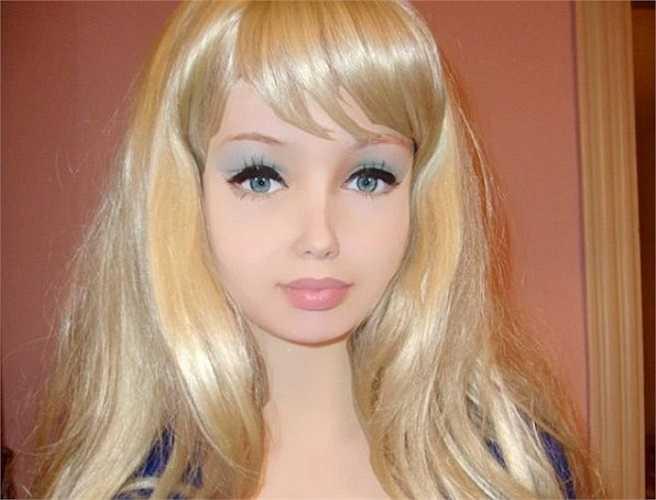 Lolita Richi có thói quen đăng tải các bức hình chụp cận mặt hoặc trong tư thế uốn éo lên trang cá nhân. Ngay lập tức, những chia sẻ này được dân mạng không ngừng ném đá và cho rằng cô đã phẫu thuật thẩm mỹ quá đà.