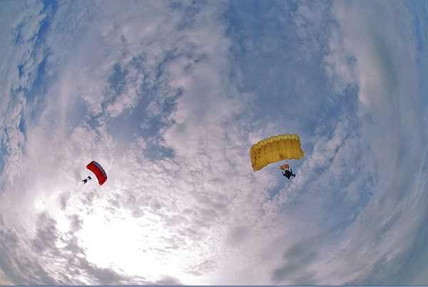 Những cánh dù trên bầu trời xanh. Ảnh: Nguyễn Dương.