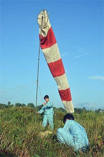 Cờ gió được dựng lên để nhận biết hướng gió cho bài tập nhảy dù.