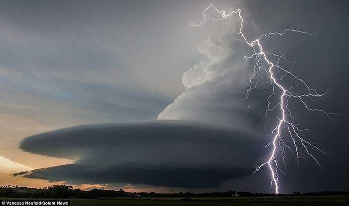 Theo nhiếp ảnh gia người Canada tên Wa Lisa, hiện tượng lạ xuất hiện trong một trận bão lớn