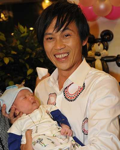 Người con nuôi nhỏ tuổi nhất của Hoài Linh chính là bé Kim Cương - tiểu công chúa của Hồng Tơ.