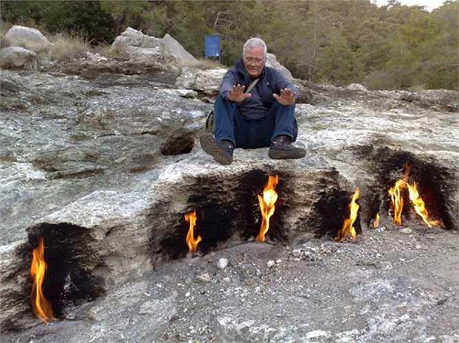 Những ngọn lửa vĩnh cửu trên sườn núi Chimaera gần làng Opimpos (Thổ Nhĩ Kỳ) là một hiện tượng thiên nhiên đầy thú vị. Chúng đã cháy suốt 2.500 năm qua cùng với những truyền thuyết huyền bí ma mị mà người ta thêu dệt nên.