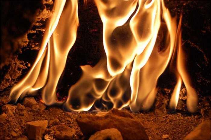 Những ngọn lửa này được gọi là Yanartaş, nghĩa là những khối đá bốc cháy.