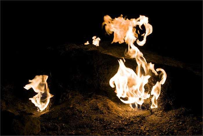 Tuy nhiên, các hốc đá được khoa học giải thích rằng các lỗ thoát khí mêtan ở Chimaera là điển hình cho hiện tượng giải phóng khí mêtan tự nhiên lớn nhất trên mặt đất từng được phát hiện cho tới nay.