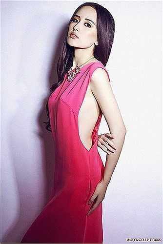Mai Phương Thúy sở hữu bộ sưu tập những thiết kế váy xẻ táo bạo đầy quyến rũ.