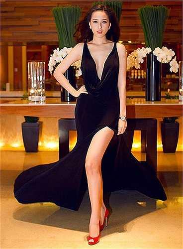 Sở hữu chiều cao đáng nể, đôi chân dài miên man, Mai Phương Thúy khéo léo khoe lợi thế này trong những thiết kế gợi cảm.