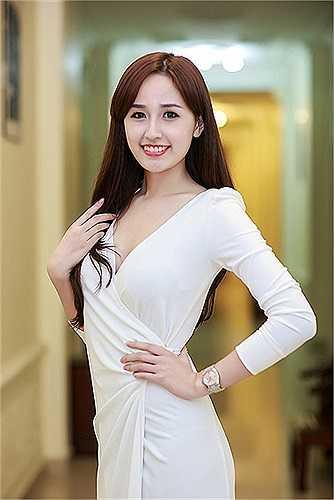 Những chiếc váy được khoét ngực sâu, chân váy cắt xẻ cao khiến Mai Phương Thúy càng thêm quyến rũ.