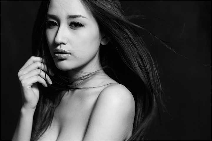 Kể cả khi đã tuyên bố giải nghệ được hai tháng, người đẹp vẫn thường xuyên hâm nóng tên tuổi mình bằng những bộ ảnh nóng bỏng.