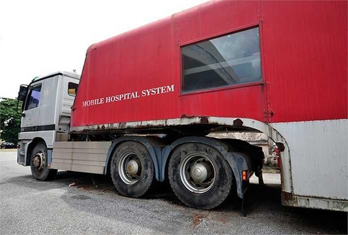 Trưởng Ban quản lý cung thể thao Trần Bá Kiểm cho hay, chiếc xe nằm yên tại đây từ năm 2007. 'Khi có dự án bệnh viện liên doanh với Hàn Quốc xây ở Từ Liêm - Hà Nội, chiếc xe được nhập vào Việt Nam'
