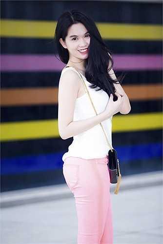 Cô diện quần skinny hồng dễ thương.
