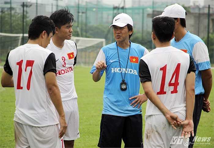 Kết thúc bài tập phòng ngự phản công, HLV Miura gọi một số cầu thủ ra một chỗ và có những nhắc nhở riêng.
