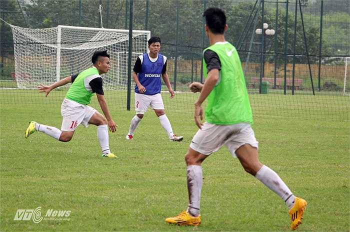 Trong buổi tập này, Phi Sơn là cầu thủ năng nổ nhất, anh được bố trí ở giữa sân và cầm bóng phản công về cả hai phía.