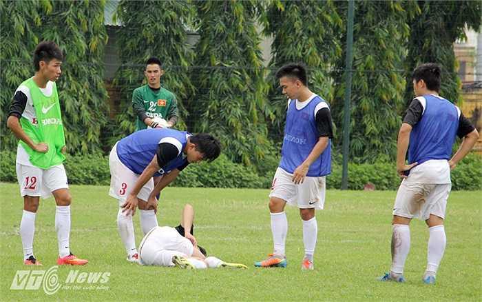 Cuối buổi tập, Phi Sơn thực hiện đường vẩy bóng kỹ thuật và bị đồng đội của anh ở CLB SLNA là trung vệ Mạnh Hùng phạm lỗi.