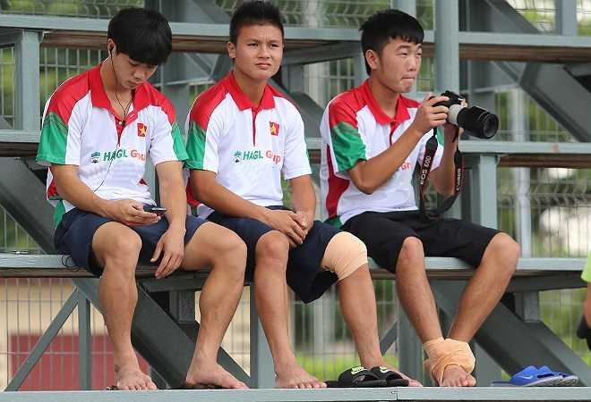 Ba cầu thủ trụ cột là tiền đạo Công Phượng, tiền vệ Xuân Trường và Quang Hải không thể tham gia buổi tập vì chấn thương gặp phải trong trận thắng U19 Thái Lan với tỷ số 1-0 ở bản kết trước đó.