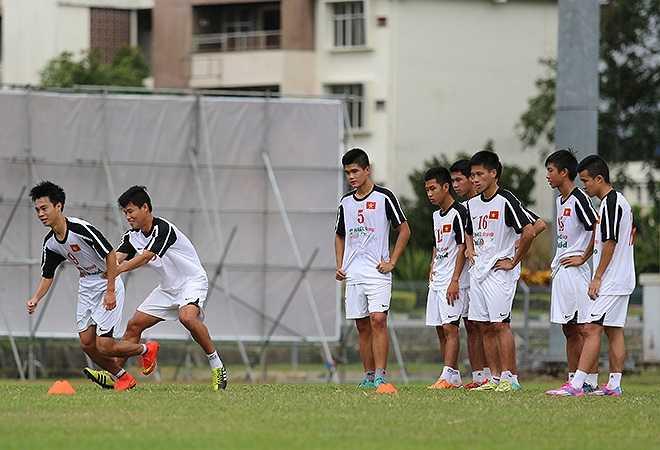 Trước đối thủ có thể lực rất tốt cùng lối chơi rắn không kém gì U19 Indonesia, U19 Thái Lan, HLV Graechen cho các cầu thủ U19 Việt Nam tập bứt tốc thoát khỏi sự đeo bám của đối phương.