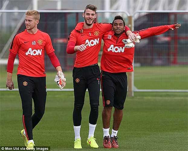 Các cầu thủ khác của Man Utd cũng vui vẻ tập luyện