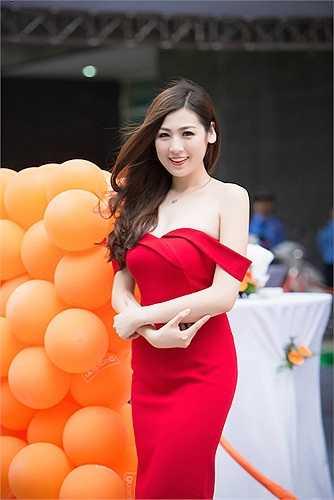 Chiếc đầm đỏ rực rỡ được thiết kế tinh tế, giúp Á hậu Việt Nam 2012 khoe được vẻ gợi cảm nhưng không phản cảm.